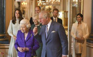 De gauche à droite : la reine d'Angleterre Elizabeth II, le prince Charles, Kate duchesse de Cambridge, Camilla duchesse de Cornouailles, le prince William, le prince Harry et Meghan, duchesse du Sussex le 5 Mars 2019 lors d'une cérémonie à Buckingham Palace pour célébrer le 50eme anniversaire de l'investiture du Prince de Galles.