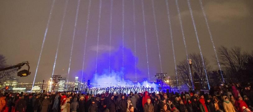 Quatorze faisceaux ont illuminé, vendredi 6 décembre 2019, le ciel de Montréal en mémoire des 14 femmes tuées il y a 30 ans à l'Ecole polytechnique.