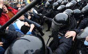 Des manifestants pro-Navalny affrontent les forces de l'ordre lors d'une manifestation à Moscou, le 23 janvier 2021.