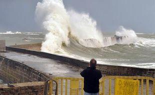 De fortes vagues frappent la côte atlantique à Ploemeur, dans le Morbihan, le 5 février 2014.