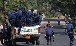 Des policiers burundais établissent un barrage routier à Bujumbura, le 6 juillet 2015