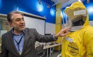 Le Dr Youseph Yazdi, directeur du Centre d'innovation et design de l'université Johns Hopkins de Baltimore, dans le Maryland, présente une combinaison anti-Ebola encore à l'essai, le 18 décembre 2014