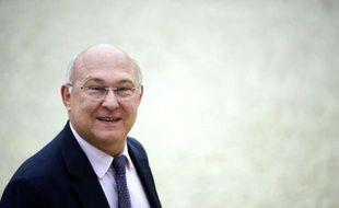 """Le ministre du Travail, de l'Emploi et du Dialogue social Michel Sapin a estimé jeudi """"légitime"""" de donner un coup de pouce au Smic mais il a rejeté l'idée d'une forte hausse comme le demandent certains syndicats."""