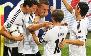 Les Allemands félicitent Lukas Podolski après son but contre le Danemark, le 17 juin à Lviv.