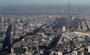La tour Eiffel dans le brouillard le 5 décembre 2016, jour de pic de pollution.