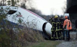 Les secours intervenant sur le site de l'accident d'Eckwersheim, le 15 novembre 2015