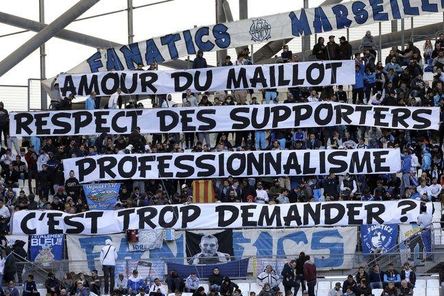 Les Fanatics déploient une banderole hostile à Patrice Evra.