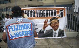 Une affiche réclamant la libération de l'ancien président péruvien, Alberto Fujimori, à Lima, le 24 décembre 2017.