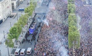 Le bus des Bleus sur les Champs-Elysées
