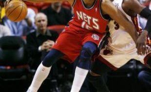Vince Carter des New Jersey Nets et Dwyane Wade du Miami Heat s'affronte le jeudi 9 octobre 2008 à Paris.