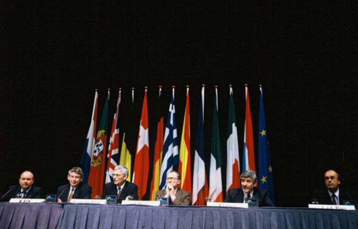 Après deux jours d'intenses négociations au Palais des Congres de Maastricht, les 12 adoptent le Traite de Maastricht le 10 décembre 1991. – CHESNOT/SIPA