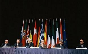 Après deux jours d'intenses négociations au Palais des Congres de Maastricht, les 12 adoptent le Traite de Maastricht le 10 décembre 1991.