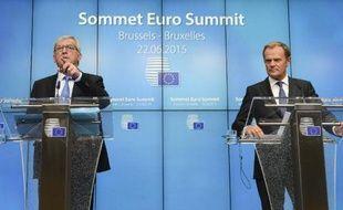 Le président de la Commission européenne Jean Claude Juncker  (G) et le président du Conseil européen Donald Tusk lors d'une réunion sur la Grèce à Bruxelles, le 22 juin 2015