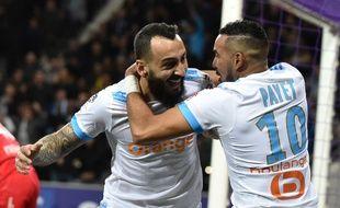 Kostas Mitroglou, buteur, et Dimitri Payet, passeur, heureux après le deuxième but de Marseille au Stadium de Toulouse, le 11 mars 2018.