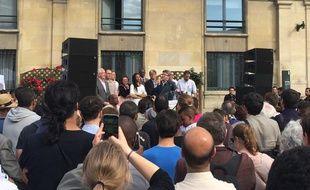 Jean-Luc Mélenchon devant la mairie de Saint-Ouen pour soutenir Eric Coquerel