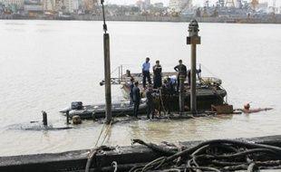 """Les plongeurs ont récupéré trois corps dans le sous-marin militaire indien qui a coulé en début de semaine à Bombay (côte ouest) après une explosion, a indiqué vendredi la Marine, jugeant """"improbable"""" qu'il y ait des survivants."""