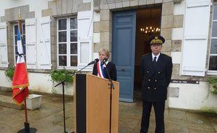 Christine Le Strat, maire de Pontivy, et Mickaël Doré, sous-préfet de Pontivy, ce lundi midi devant l'Hôtel de ville.
