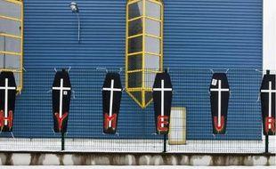 Les ouvriers avaient accroché des cercueils devant l'usine, en novembre.