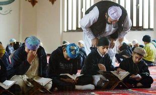 Des élèves de certaines écoles musulmanes de Grande-Bretagne se voient enseigner comment appliquer les châtiments corporels contenus dans la loi islamique de la Charia et que les juifs sont en train de monter une conspiration pour s'emparer du monde, révèle lundi un enquête de la BBC.
