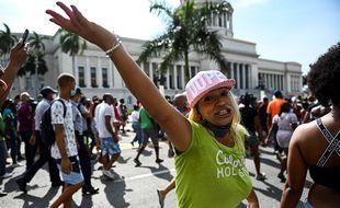 Une femme participe à une manifestation contre le gouvernement du président cubain Miguel Diaz-Canel à La Havane, le 11 juillet 2021.