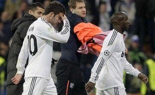 Les joueurs du Real Madrid Gonzalo Higuain (à g.) et Lassana Diarra à la fin du 8e de finale de Ligue des champions face à Lyon, le 10 mars 2010 à Santiago Bernabeu.