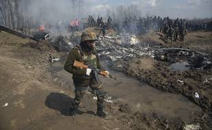 Un militaire indien patrouille près de la carcasse d'un avion de l'armée indienne abattu au Cachemire, le 27 février 2019.