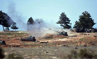 L'artillerie turque tire vers le nord de la Syrie depuis la frontière turco-syrienne, le 16 février 2016.