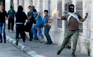 Un Palestinien lance un cocktail Molotov vers les forces de l'ordre israéliennes, à l'entrée de Bethlehem, le 11 novembre 2014