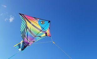 Un cerf-volant poisson éclaire un ciel tout bleu