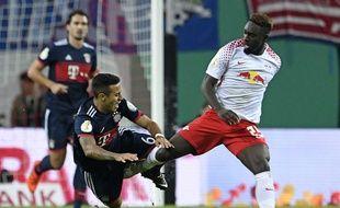 Jean-Kevin Augustin en duel avec Thiago Alcantara.