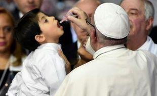 Le pape François donne un médicament à un enfant dans un hôpital pédiatrique de Mexico, le 14 février 2016