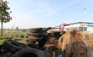 Des agriculteurs avaient déposé du fumier et des pneus devant l'Hyper U de Châteaugiron le 11 juin 2015.