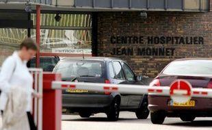 Le procès du plus grave accident de radiothérapie survenu en France, à l'hôpital d'Epinal, où des centaines de patients ont été surirradiés entre 2001 et 2006, débute lundi à Paris pour juger sept prévenus dont deux médecins, un radiophysicien et des cadres de santé publique.