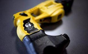 """Les policiers municipaux, qui sont désormais autorisés à s'équiper du pistolet à impulsions électriques (PIE) Taser, devront tirer chaque année """"au moins"""" quatre cartouches lors de leur entraînement, selon un arrêté du ministère de l'Intérieur paru mardi au Journal officiel."""