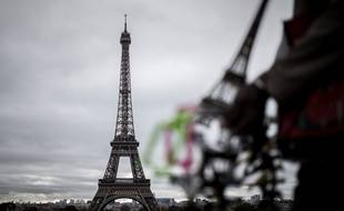 Un vendeur de souvenirs devant la tour Eiffel.