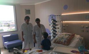 Le petit Axel a visité les chambres en présence de la cadre de santé et de la chef de service d'onco-hématologie pédiatrique.