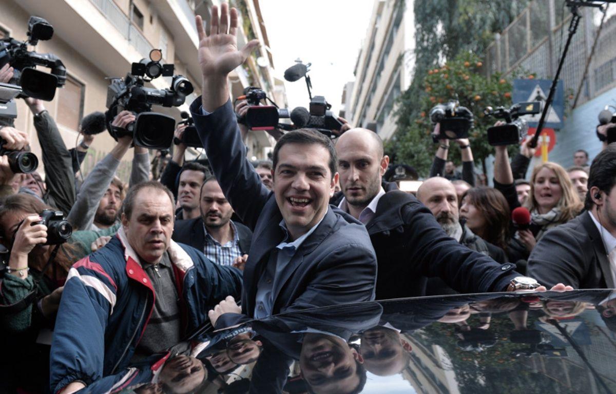 Alexis Tsipras, leader de Syriza, à sa sortie du bureau de vote, à Athènes, le 25 janvier 2015. – LOUISA GOULIAMAKI / AFP