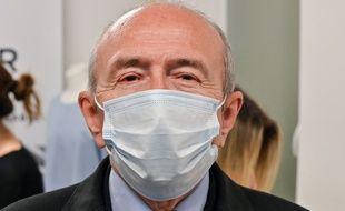 Gérard Collomb, maire de Lyon et candidat à la métropole, a visité le 30 avril un  atelier fabriquant des masques.