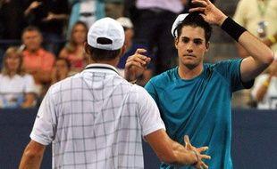 Les Américains Andy Roddick (de dos) et John Isner (de face), après leur match au 3e tour de l'US Open, le 4 septembre 2009.