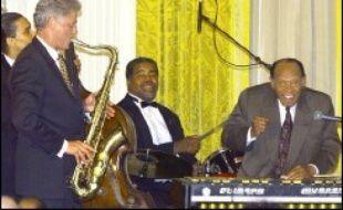 """Fan de cinéma et joueur de saxo, Bill Clinton """"recevait quasiment tous les mois"""", note Alan Schroeder. De son temps, Barbara Streisand et Tom Hanks restaient dormir à la Maison Blanche. Elton John et Stevie Wonder - un Britannique et un Américain - étaient les invités d'un dîner pour Tony Blair."""