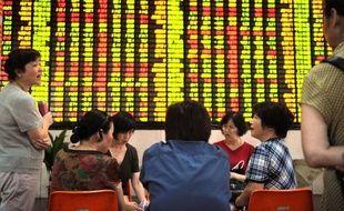 Chinoise à la retraite, Mme Wang a placé ses économies à la bourse de Shanghai, mais son investissement initial de 50.000 yuans (6.200 euros) ne cesse de fondre dans un marché en plein déprime.