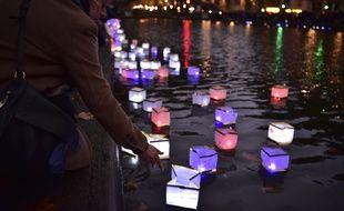 Le 13 novembre 2016, lors de la cérémonie aux lanternes, au canal Saint-Martin, en hommage aux victimes des attentats du 13-Novembre.
