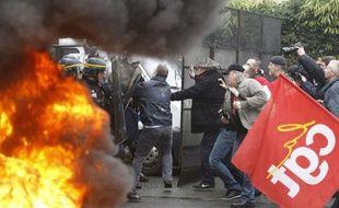 Plusieurs centaines de salariés Goodyear s'étaient rassemblés devant le siège de Rueil-Malmaison (Hauts-de-Seine)