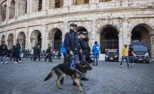 Patrouille policière devant le Colisée à Rome (Italie), le 29 décembre 2016.