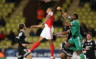 Riffi Mandanda, ici en 2017 face à Kylian Mbappé lors d'un match de coupe de France entre Monaco et Ajaccio.