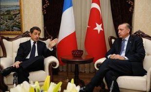 """Le Premier ministre turc Recep Tayyip Erdogan a menacé la France de conséquences """"graves, irréparables"""" qu'aurait l'adoption d'un projet de loi réprimant la négation du génocide arménien, appelant le président français à barrer la route à ce texte, a rapporté vendredi l'agence Anatolie."""