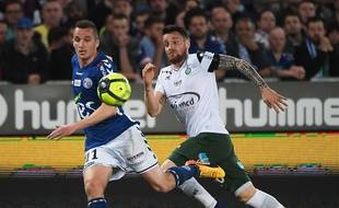 Le Strasbourgeois Dimitri Liénard et le Stéphanois Mathieu Debuchy à la lutte contre du match entre le Racing et l'ASSE à la Meinau, le 14 avril.