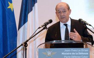 """Le ministre de la Défense, Jean-Yves Le Drian, a lancé vendredi près de Rennes le """"Pacte Défense Cyber 2014-2016"""" pour répondre au """"défi stratégique de grande ampleur"""" que constitue la sécurisation de l'armée et de l'industrie face à la multiplication des attaques informatiques."""