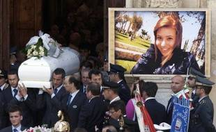 Retour à la case départ dans l'enquête sur l'attentat devant un lycée qui a tué une élève à Brindisi (sud de l'Italie): les policiers ont recommencé mardi à analyser une vidéo de l'auteur présumé du massacre, après avoir mis hors de cause un homme interrogé la veille.