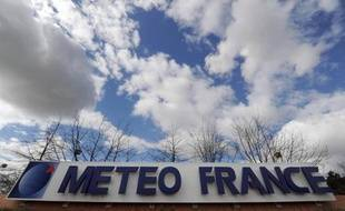 Logo de Météo-France devant Météopole, le campus toulousain siège de l'organisation, le 4 mars 2014